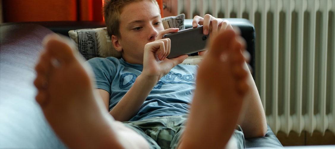 Подросток не учится и лежит на диване. Но это не значит, что вы должны кормить его с ложки