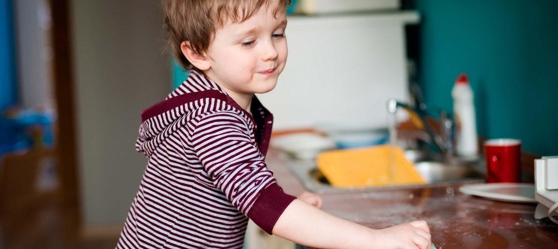 «Не отставайте от мальчика, пока он не научится вытирать со стола». Протоиерей Феодор Бородин – о воспитании ответственности