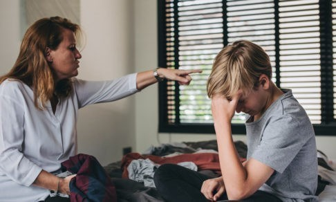 «Я хочу, чтобы меня перестали называть уродом». Чего не хватает подросткам в отношениях с родителями