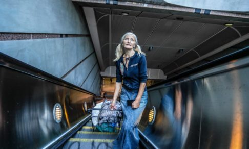 В США бездомная спела оперную арию в метро. Благодаря таланту у нее снова будет жилье и возможность выйти на сцену