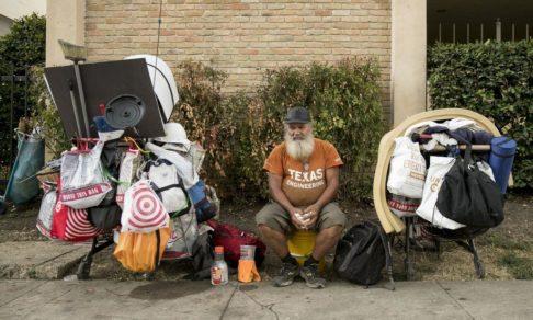 Он был бездомным и кормил голубей у храма. Друзья узнали его по фото в газете и забрали домой