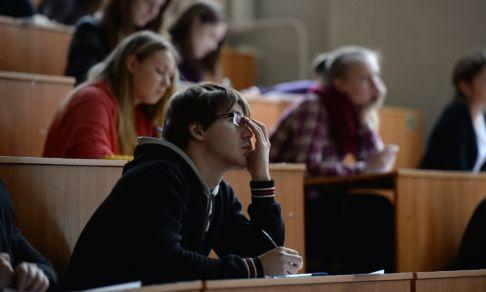 """Все, кто говорит на """"ужасном"""" русском - выпускники школ и вузов. Почему предложение учить их дольше - не поможет?"""