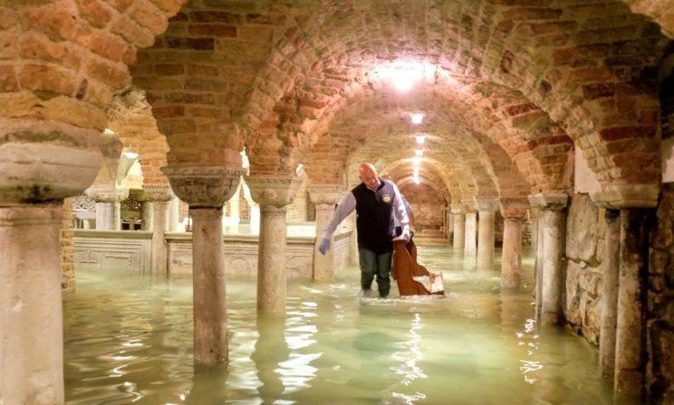В Венеции самое сильное наводнение за 50 лет. Инструкция для гостей города