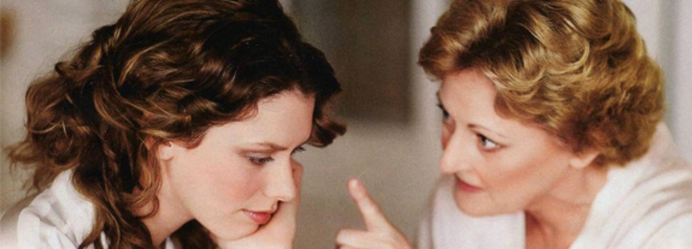 «Ты вышла за него замуж, а у меня теперь давление». Как общаться с мамой, если так и не оправдал ее надежд