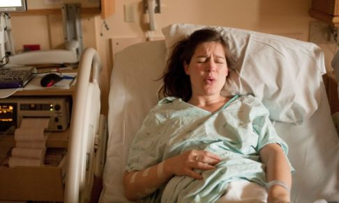 «Я была готова родить в хлеву, только не в больнице». Почему рожать в России все еще страшно