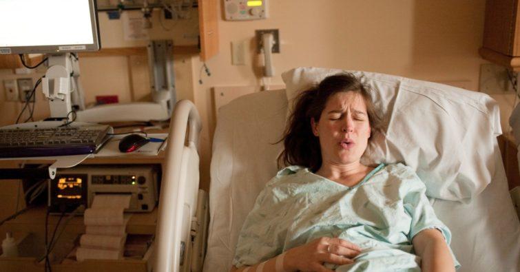 Имеет ли право женщина родить дома сама без медиков
