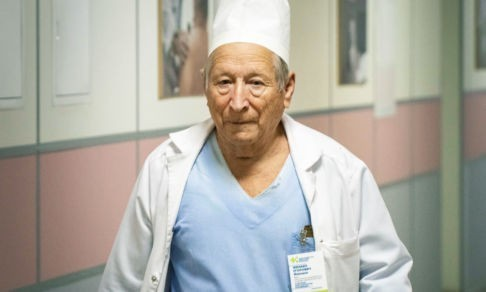 Врач, который провел 30 тысяч анестезий. В 89 лет он реанимирует, пишет и стоит на голове