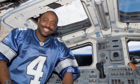Играл в футбол, устроил взрыв и пошел работать в НАСА. В космосе я ощутил единство со всем человечеством