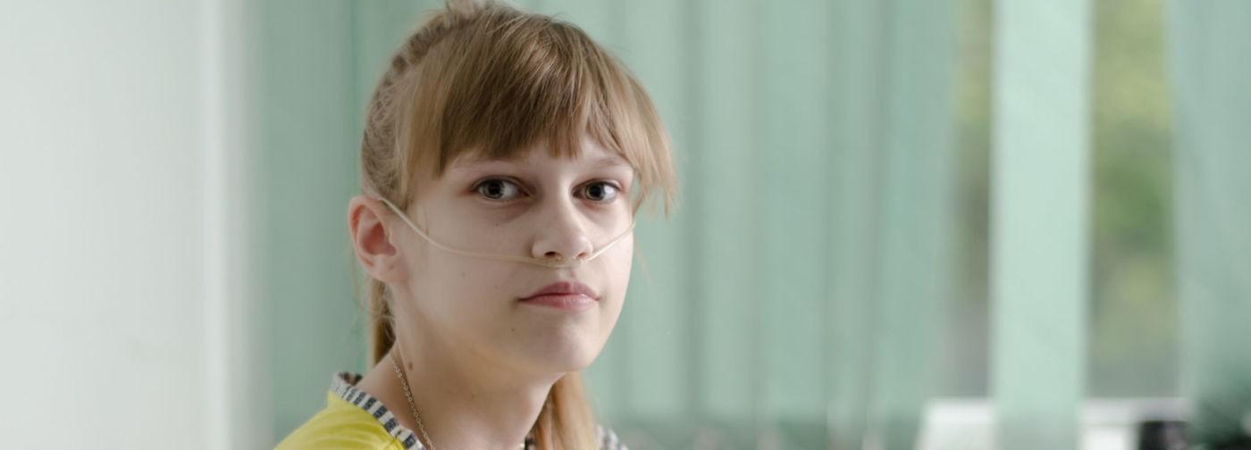 «Кислородная подушка облегчит Оле жизнь максимум на месяц». В больницу мама внесла ее на руках