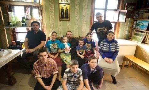 «Когда наша мама еще была с нами...» Как живут священник и его 10 детей после потери