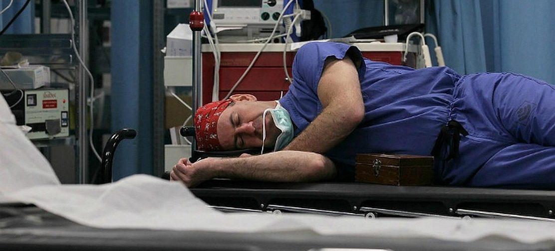Неспящие в больницах. Могут ли врачи спать на дежурствах или за это нужно штрафовать?
