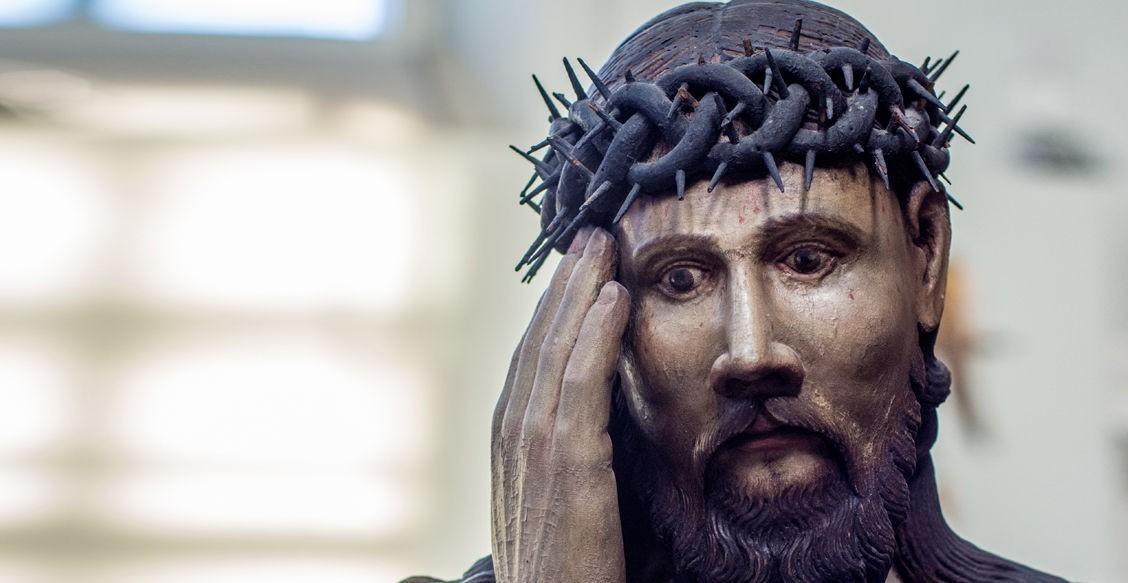 «Бога жалко»: на кого похож Христос в пермских скульптурах. Неканоничные изображения и ангелы в париках