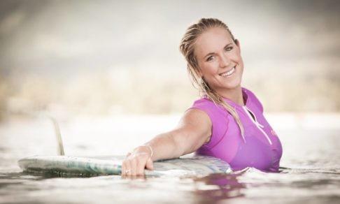 Акула откусила Бетани руку. Ей прочили уход из спорта, а она стала лучшим серфером в США