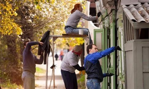 «Российские города потеряли свое лицо». Почему в Иркутске люди выходят красить фасады домов