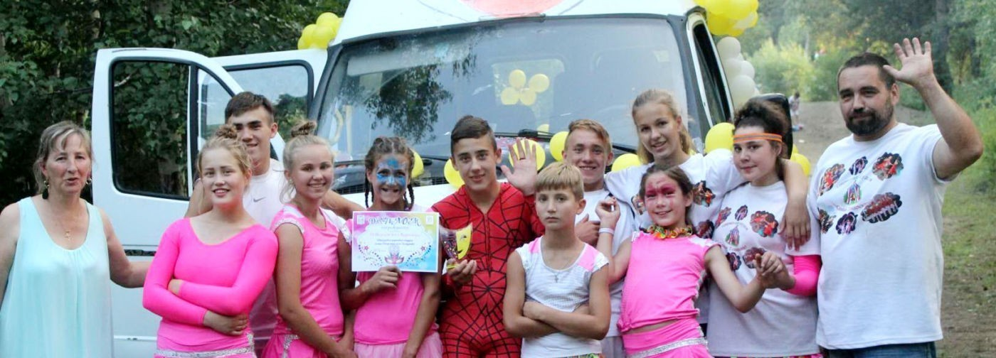 «А вечером начинается цирк». Как родители и 14 приемных детей стали семейной труппой