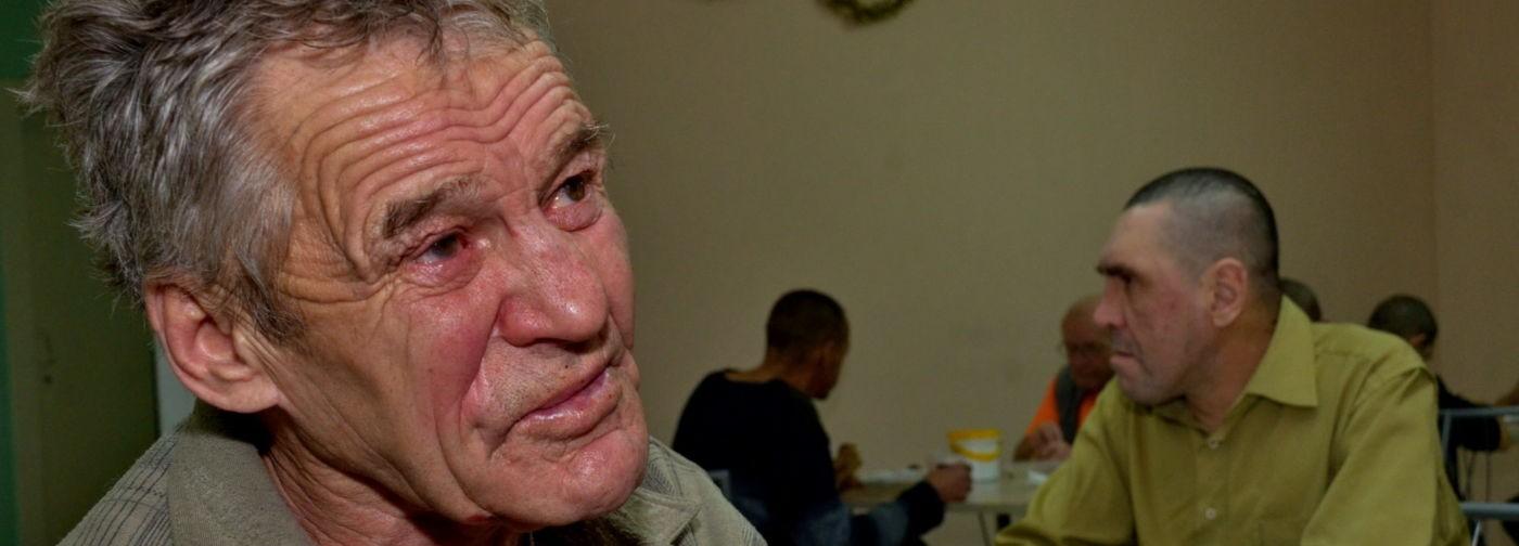 «Был я юридически неграмотный». Пенсионерка, учитель и бывший заключенный – как попадают в ночлежку