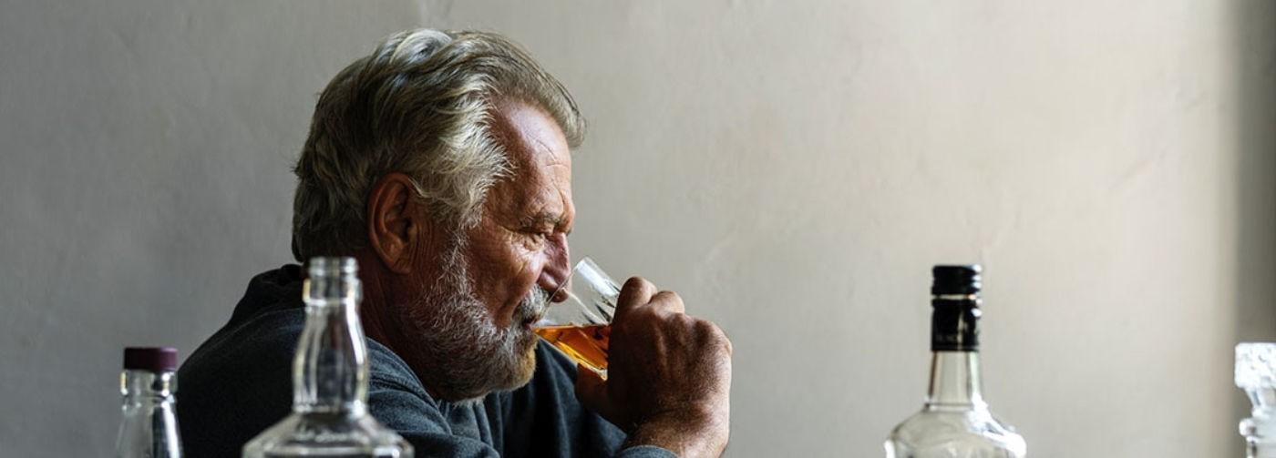 «Папа пьет, а ребенок под столом сидит». Мало кто хочет помогать алкоголикам – но эта помощь нужна не только им