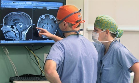 «Малейшая ошибка приведет к параличу». Нейрохирург о ненужных операциях и вопросах, которые стоит задать врачу