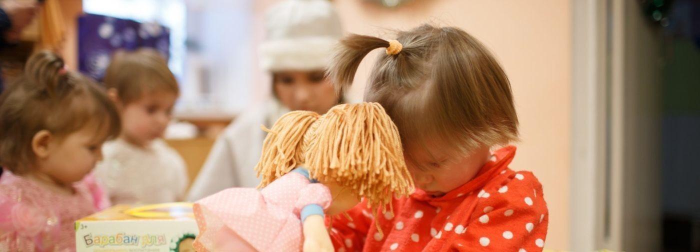 Люди продолжают покупать игрушки и конфеты для сирот. Почему это вредит, а не помогает