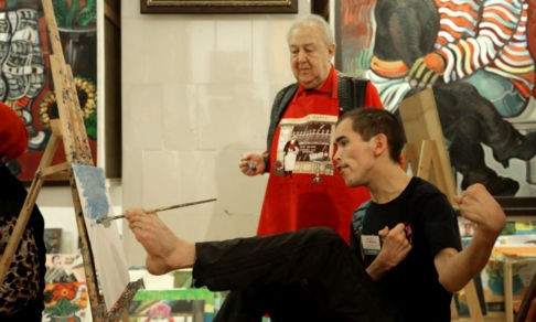 «Меня сравнивали с Ван Гогом». Ильдар Апчелеев держит кисть пальцами правой ноги