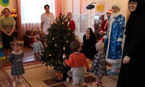 Благочинная – Дед Мороз, послушница – Снегурочка. Как один монастырь в Печоры с подарками ездил