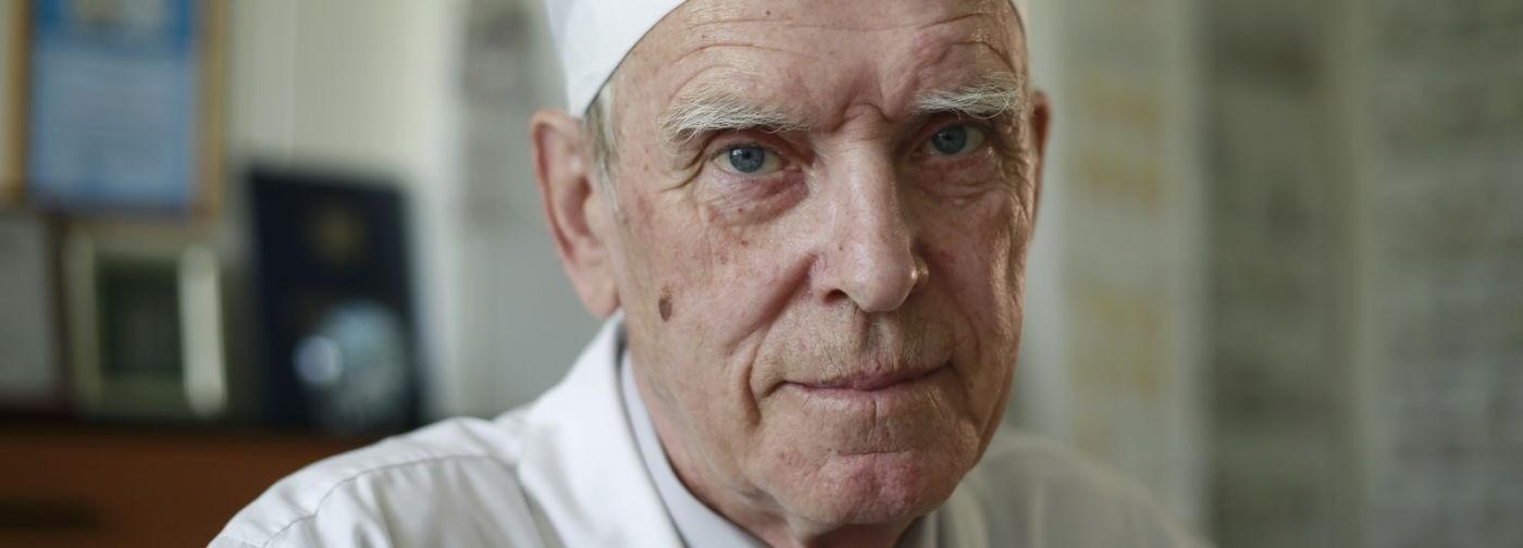 «Платных операций тоже не делаю!» В 80 лет хирург Евгений Благитко оперирует, шутит и не любит жалобы коллег