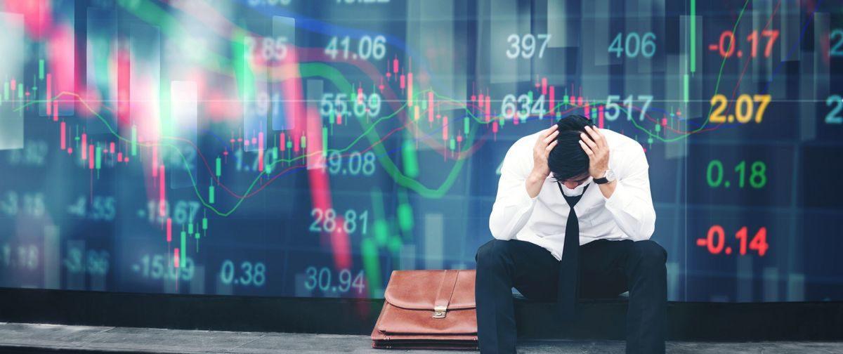 Одних ждут сокращения, других — бонусы. Как обвал рубля отразится на вашей карьере