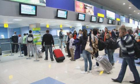 «Одни выгоняют из номеров, другие — пытаются помочь». Что рассказывают застрявшие в Индии туристы