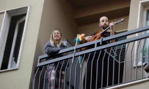 Роды по телефону, обеды врачам и концерты на балконах. Карантин в итальянской Вероне