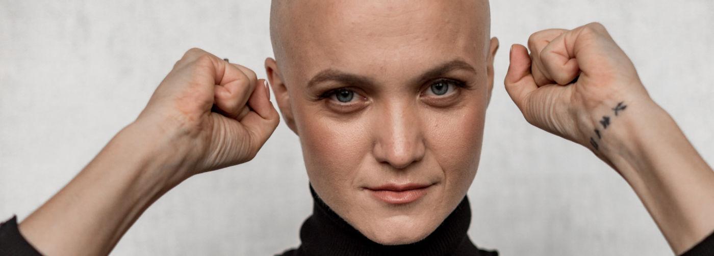 «Всю жизнь чего-то не хватало, а тут — бах! — опухоль». Как полюбить себя без волос и рассказать о болезни сыну