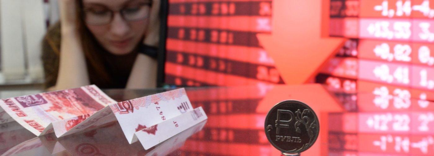 «Мы обеднели на четверть». Экономист — о падении рубля и прогнозах на будущее