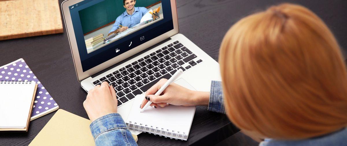 «На экране — квадратики с детскими лицами, а дедлайны жесткие». Как учителя пережили неделю на удаленке