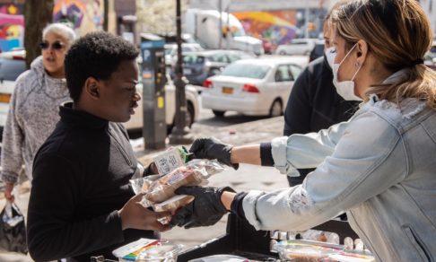Покупают лекарства, готовят обеды и жертвуют деньги. Как еще люди помогают друг другу во время пандемии