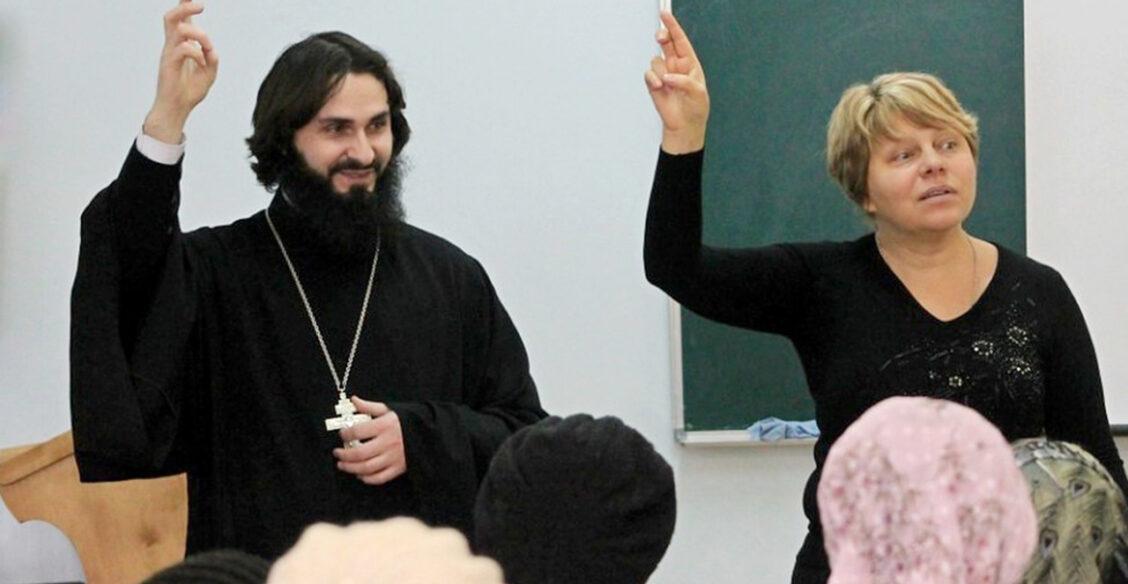 «Исповедь у нас тоже на языке жестов». Чем живет духовник глухих и его прихожане