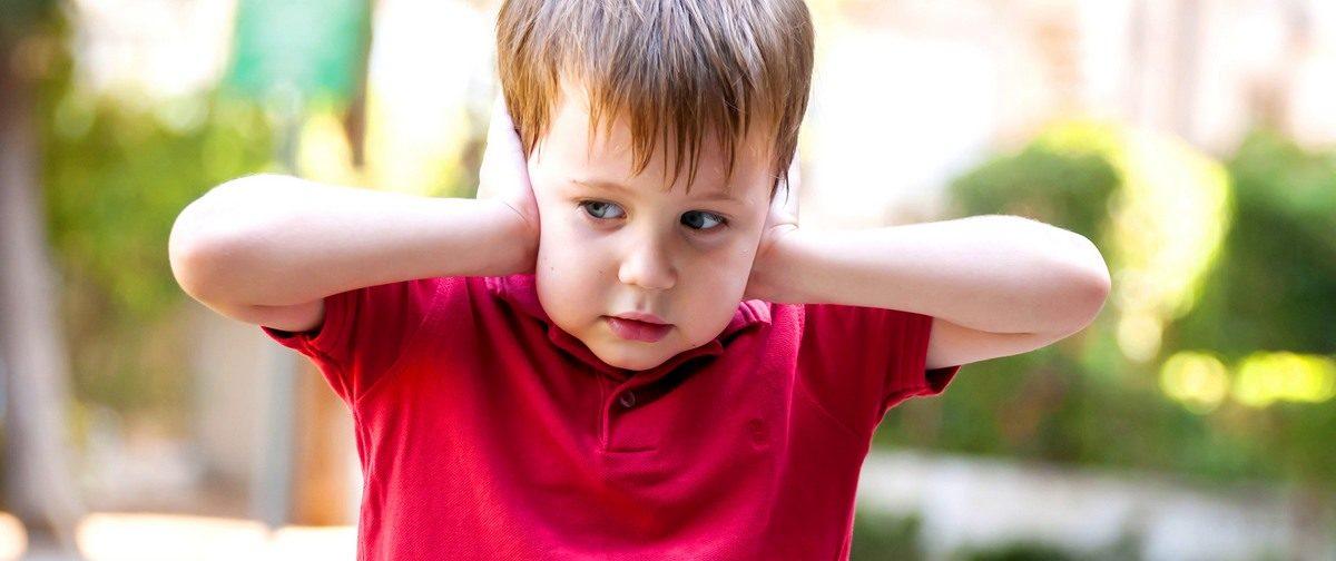 «Аутизм приравняли к шизофрении». Что не так с новыми клиническими рекомендациями по лечению детей с РАС