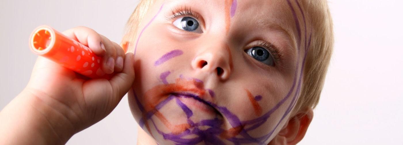«Пусть разрисовывают себя мелками, лишь бы в тишине». Как выжить в самоизоляции с маленькими детьми