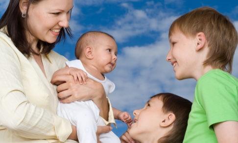 Много детей — это идеал. Но почему ставка на «рожать и рожать» все чаще приводит к развалу семей