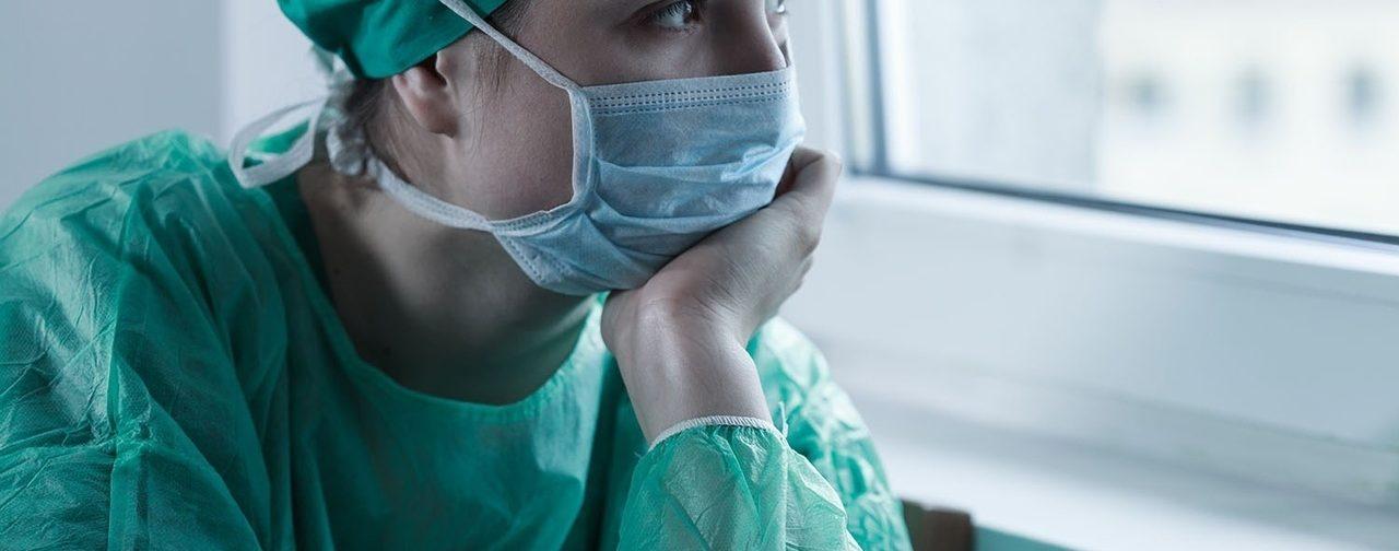 «На закупку уйдет два месяца и больше». Почему в России медикам не хватает масок и костюмов
