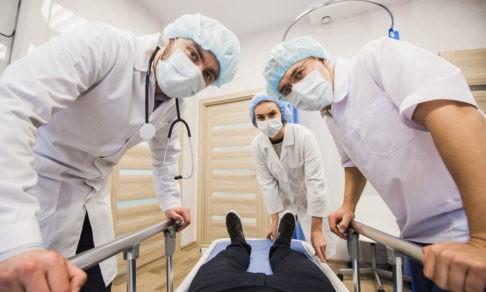 «Они будут жить в больнице и спасать нас». Как жители Красноярска поддержали врачей в пандемию