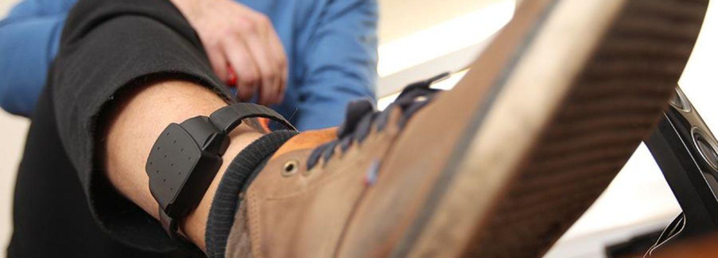 «Трекер на ноге, никакого интернета, зато разрешают гулять». Чем домашний арест отличается от самоизоляции