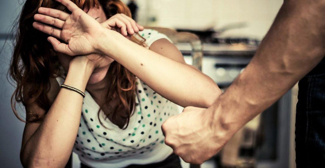 Муж угрожает, мы заперты в одной квартире. Людмила Петрановская — о том, как защитить себя в самоизоляции