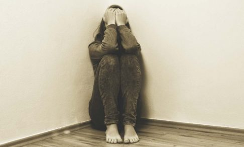 С агрессором — в одной комнате. Как живут жертвы домашнего насилия во время пандемии