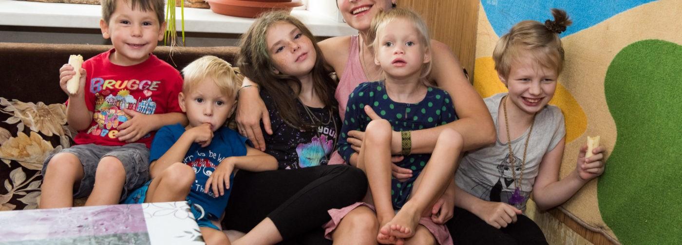 Муж умер, а Олеся осталась одна с пятью детьми. Им тесно в двух комнатах общежития