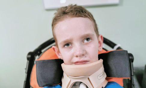 Лешу укусил зараженный клещ. Он впал в кому, а теперь не может ходить и говорить