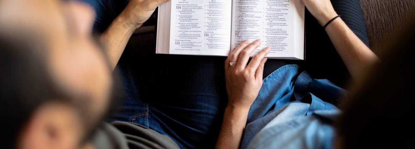 «Священное и в золотом окладе». Что мешает людям просто сесть и почитать Евангелие