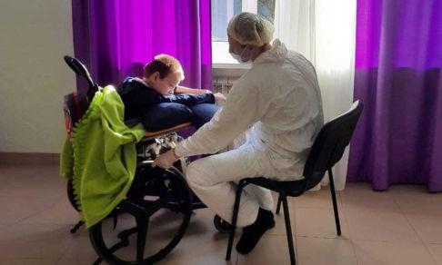 «Дарина раздирала себе лицо от скуки». Волонтеры остались с детьми в интернате, закрытом на карантин