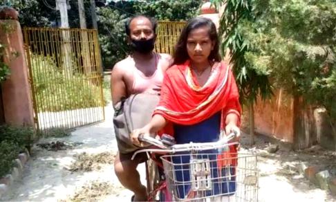 Девочка вернула больного отца домой. Она везла его на велосипеде более тысячи километров