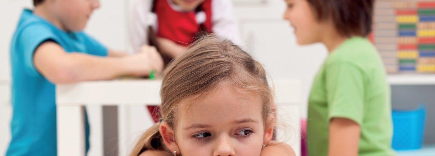 «Все злые, и никто не хочет со мной играть!» — говорит ребенок. Мчаться ли в школу, чтобы решить его проблему?