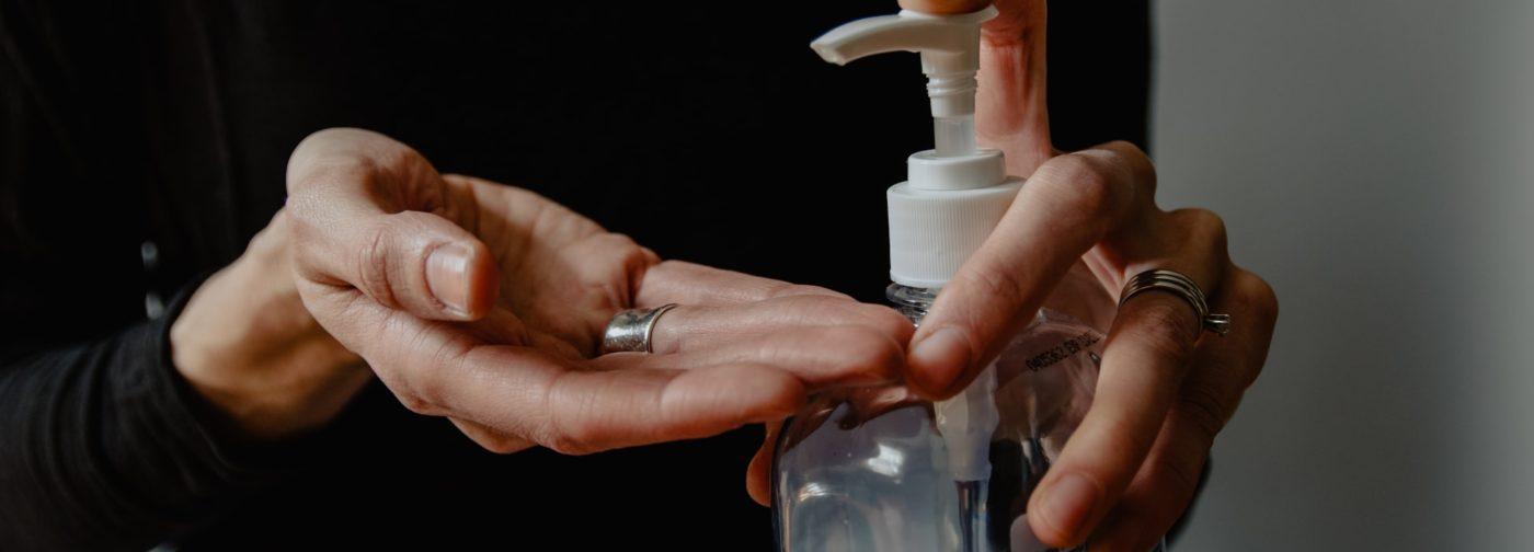 Часто моем руки, а тут еще перчатки. Как защитить кожу и что делать аллергикам