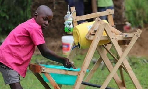 Школьник из Кении придумал машину для мытья рук. Пока в его деревне никто не заразился ковидом